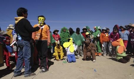 Niños expresando el cuidado de la Madre Tierra